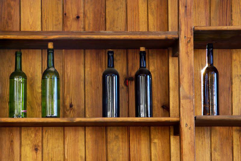 На последнем этапе вино из винограда или других ягод разливают по бутылкам и плотно укупоривают