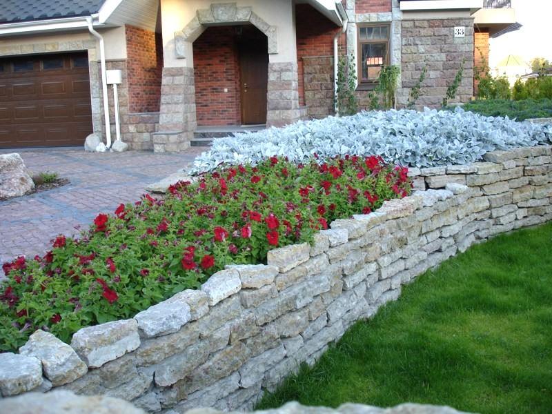 В некоторых видах клумб из камня обязательным требованием является сооружение качественного фундамента под кладку камня