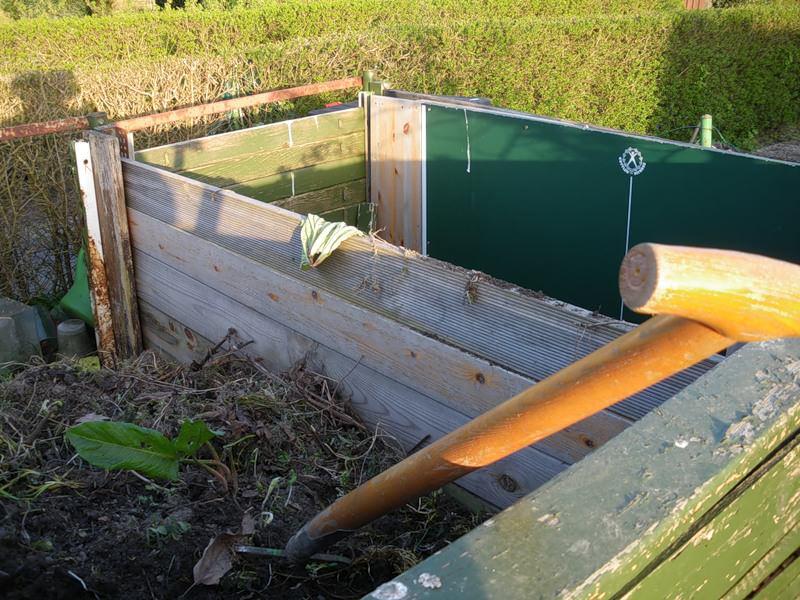 Требуется прокладывать каждой слой и специальными ускорителями процессов, например, азотными добавками, которые предлагаются в садовых магазинах