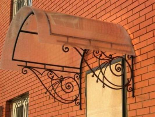 Качественный, красивый и действительно долговечный козырек над крыльцом из поликарбоната