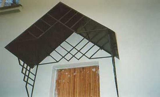 Многие выбирают и металлические козырьки для установки над крыльцом дома