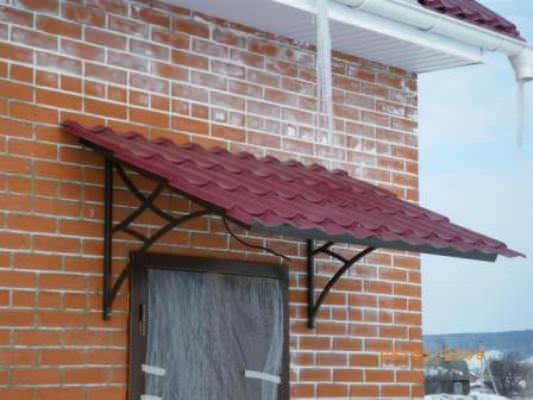 Современный дачный дом легко украсит и козырек из металлочерепицы