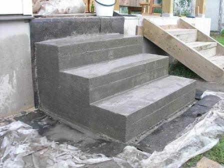 Как построить крыльцо деревянного дома? Требуется выбирать только дерево или и другие материалы?