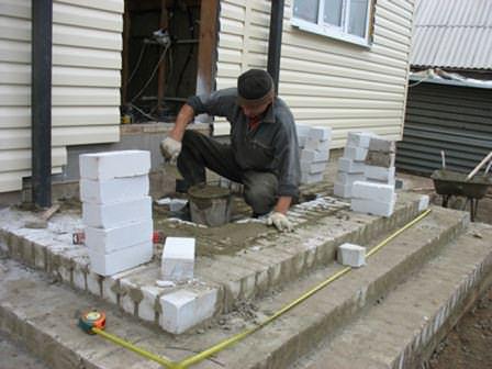 Кладка ступеней крыльца — один из самых важных процессов формирования сооружения