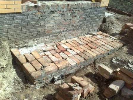 Требуется правильно подготовить материалы под фундамент и залить основание