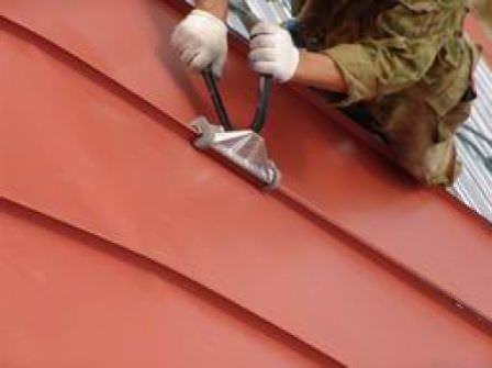 Монтаж листовой кровли на крышу дачного дома