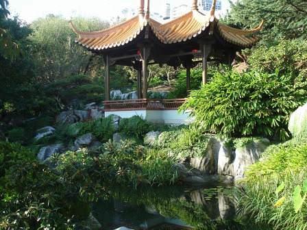 В отношении сада в китайском стиле влияние фэн-шуй выражается в создании гармонии между элементами воздуха, воды, земли, а также растениями, холмами, равнинами и, конечно, человеком