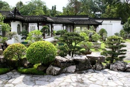 В китайском саду всегда присутствует выраженный центр в виде доминирующей композиции, а остальные элементы располагаются вокруг нее