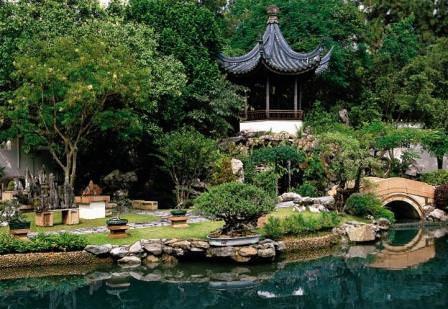 Как и другие сады, сад в китайском стиле – это результат усилий человека и природы, при этом рукотворные элементы (здания, скульптуры, архитектурные формы малых размеров) удивительно гармонично становятся элементами ландшафта