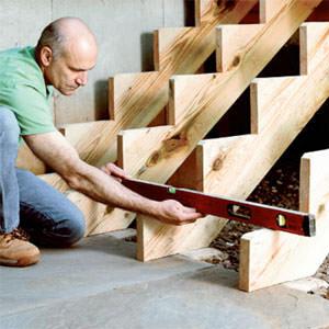 Дачные лестницы и ступени можно сделать из многих материалов, или же просто заказать в мастерской, купить в магазине