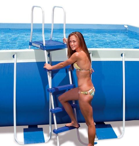 Наиболее популярными являются покупные лестницы, которые просто перекидываются за бортик бассейна и устанавливаются на специальный крепеж