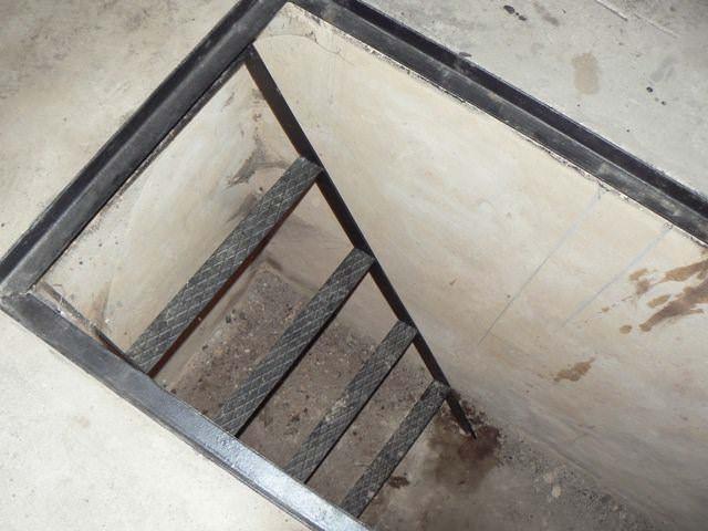Подойдет лестница из металла. Пара профильных труб, перемычки ил листового металла примерно в 5-6 мм, хорошая сварка и все готово
