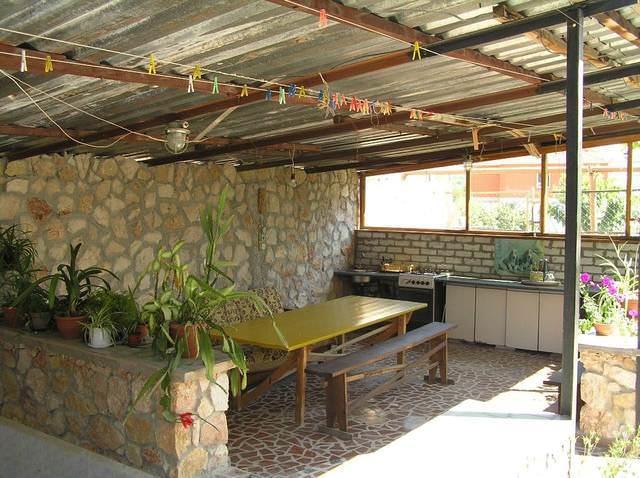Летние кухни можно разделить на открытые и закрытые, кухни, которые в холодный сезон превращаются в зимние конструкции путем остекления проемов и установки дверей