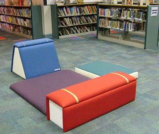 Из книг можно выполнить абсолютно любую мебель и элементы декора