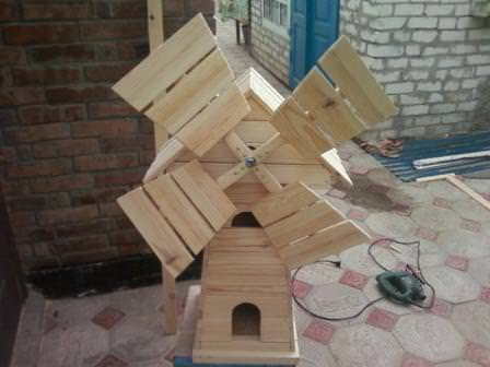 Крыша и ломасти ветряной мельницы устанавливаются на усиленный каркас, независимо от размеров всего сооружения
