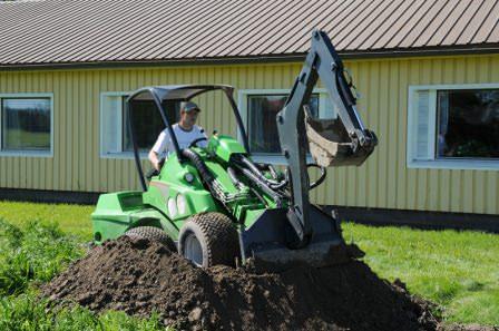 Специальная стрела экскаватора для навеса на мини-трактор... и садовые работы станут куда проще