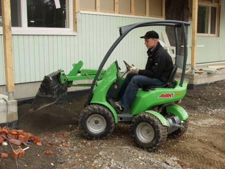 Качественный мини-трактор с навесным оборудованием поможет и на дачной стройке