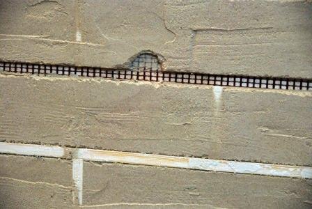 Вовремя исправляйте дефекты декоративной отделки стены, подправляйте швы