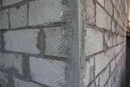 Качественно устанавливаем монтажную сетку, крепим к стене по уровню