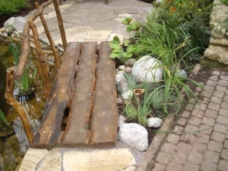 Настил садового мостика: доска, бревно, декоративные элементы
