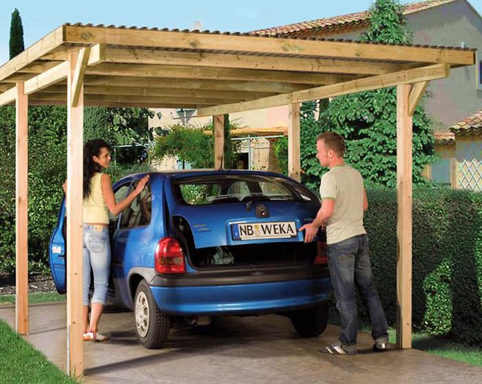 Навес для автомобиля на даче из дерева