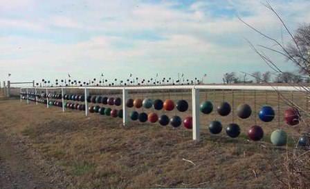 Такой забор устанавливается на металлические столбы, которые глубоко вкопаны в землю