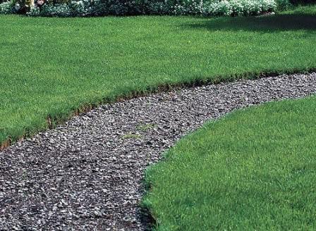 Гравий и гранитная крошка отлично подходят для замены старого полотна садовой дорожки на новое