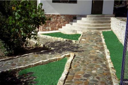 Использовать для обновления дорожек можно сортовой камень или новые материалы
