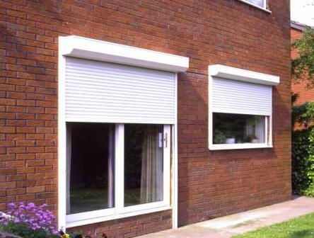 Рольставни, ролеты и пластиковые жалюзи для защиты и оформления окон дачного дома