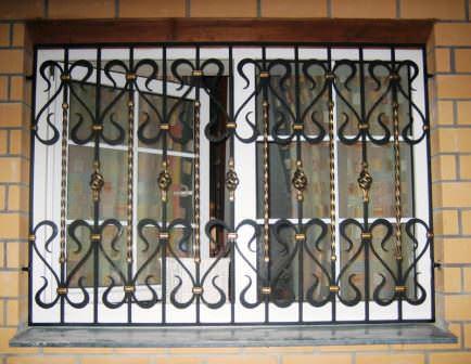 Отличной защитой окон дачного дома считаются металлические или кованые решетки