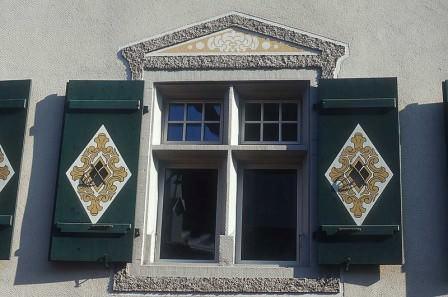 На окна дачного дома всегда можно установить защитные, или даже экзотические ставни
