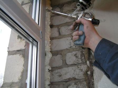 Задувка нового окна на даче монтажной пеной — один из самых главных этапов монтажа