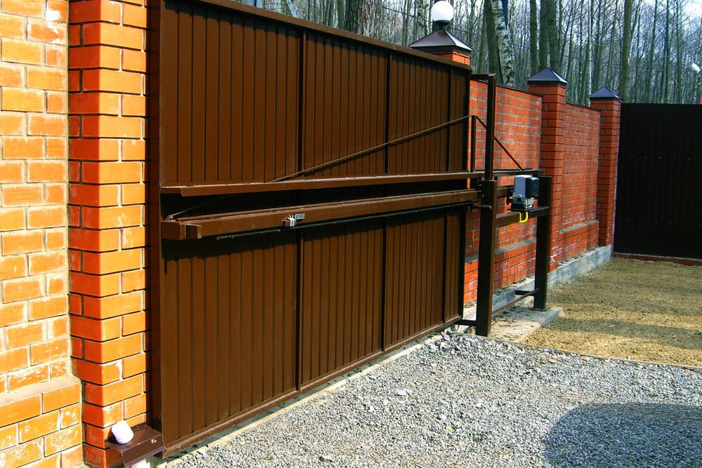 Металлические автоматические откатные ворота на дачном участке