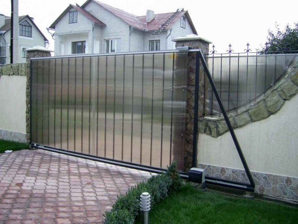 Откатные ворота, обшитые поликарбонатом — самым легким материалом