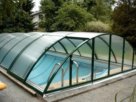 Павильоны для бассейнов представляют собой достаточно легкие и прозрачные конструкции, которые служат для защиты бассейна и его наполнения