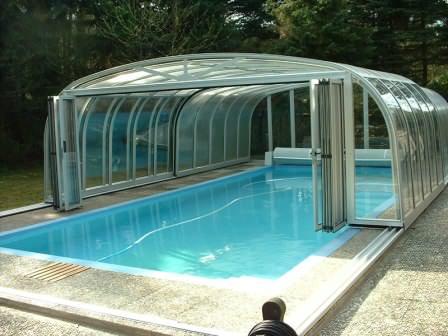 Подобная конструкция преломляет ультрафиолетовые лучи, защищает воду и сам бассейн от атмосферных воздействий