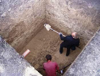 Порой, монтаж пластикового погреба на даче — достаточно сложный процесс!