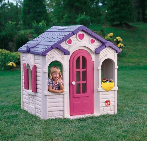 Детские домики из пластика существуют очень давно, но только в последнее время такие конструкторы стали доступны на рынке в большом ассортименте