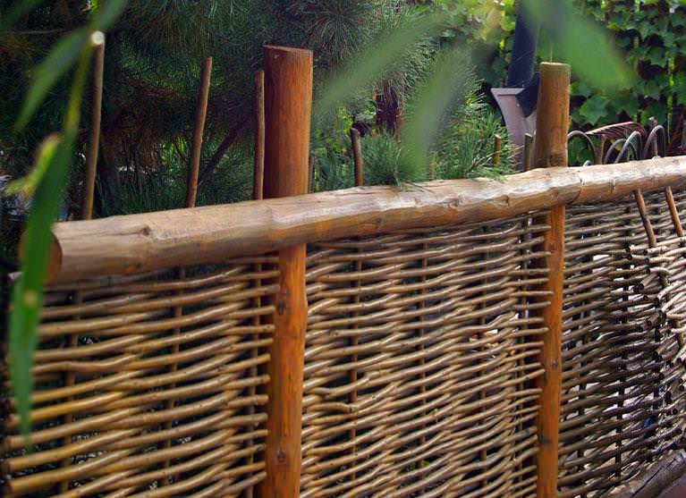 Если вы создаете большую изгородь, то лучше заготавливать прутья толщиной до 3 см, если же это небольшая декоративная изгородь, то для нее подойдут и толщиной до 2 см.