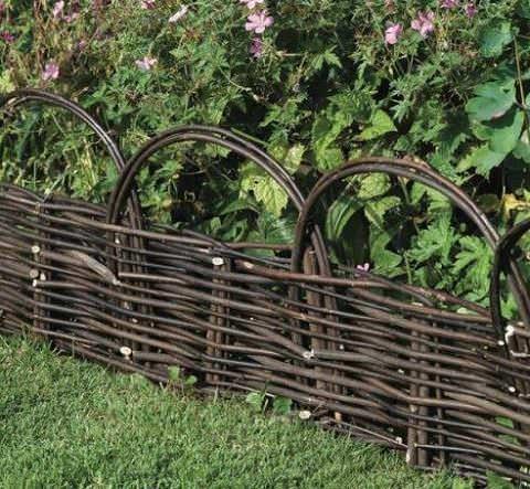 Для того, чтобы изготовить плетень, необходимо использовать колья, вертикально вбиваемые в грунт на примерно одинаковом расстоянии, а также прутья для плетения