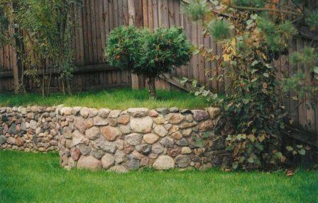 Как должна быть устроена правильная подпорная стенка для разделения зон и задержки грунта?