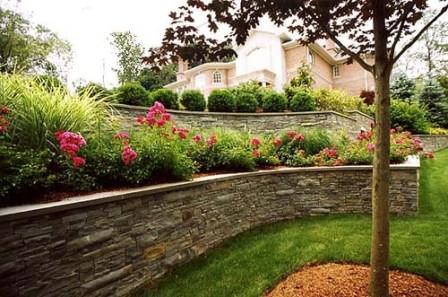 Выбирайте материал, дизайн, расположение конструкции и стройте подпорную стенку своими силами