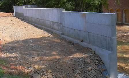 Соответствуют многим требованиям и подпорные стенки из бетона, которые можно легко сделать самостоятельно