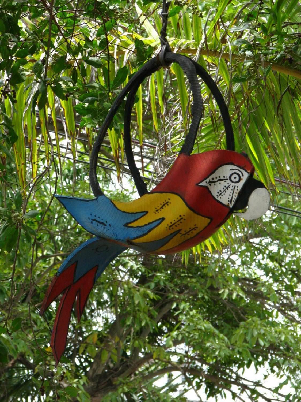 Попугаи и тропические птицы из автопокрышек — красиво и гармонично