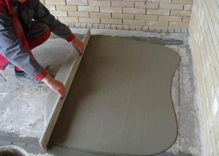 Бетонный пол — не самый лучший на даче, но именно он является самой качественной поверхностью для укладки декоративного материала