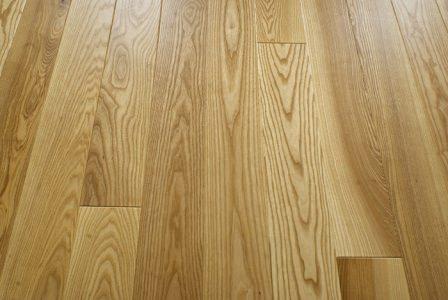 Качественный деревянный пол на даче — одно из лучших решений для создания тепла и уюта в доме
