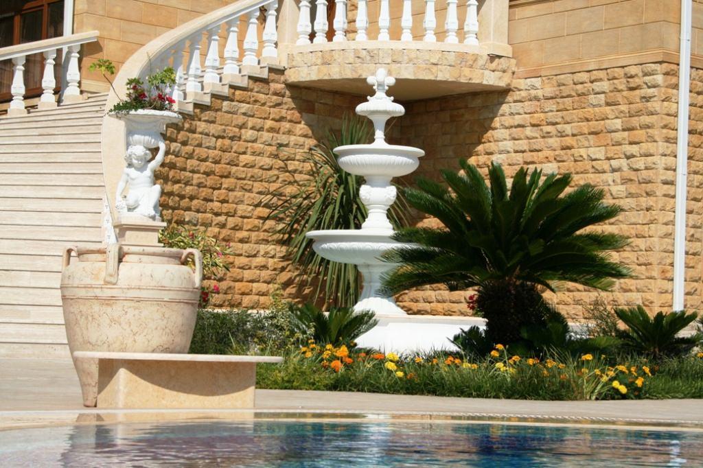 Если вы хотите качественно оформить фонтан на даче, обязательно позаботьтесь о дополнительном оборудовании