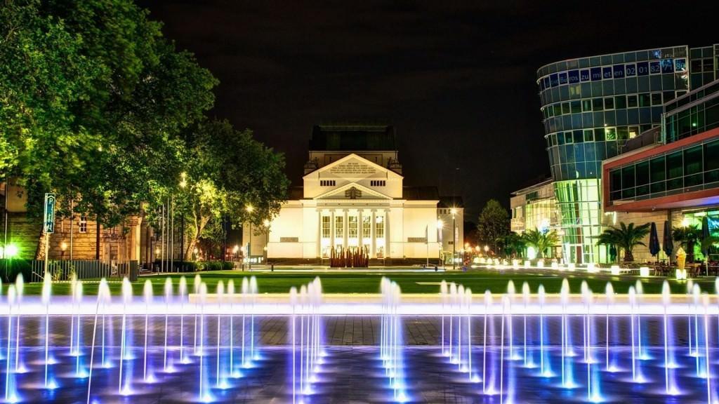 Подводная подсветка фонтанов обеспечивает оригинальный вид водного сооружения в вечернее и ночное время
