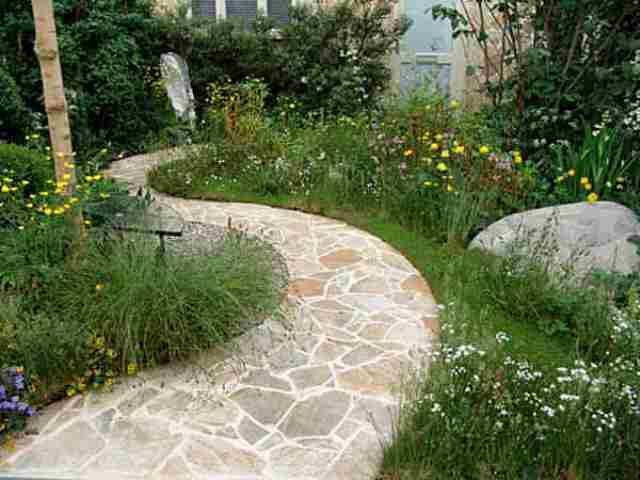 Как и каменные отмостки, садовые дорожки из камня будут не только надежными и симпатичными внешне, но также очень долговечными, ведь сам камень прослужит долго, защищая в это время основание дорожек
