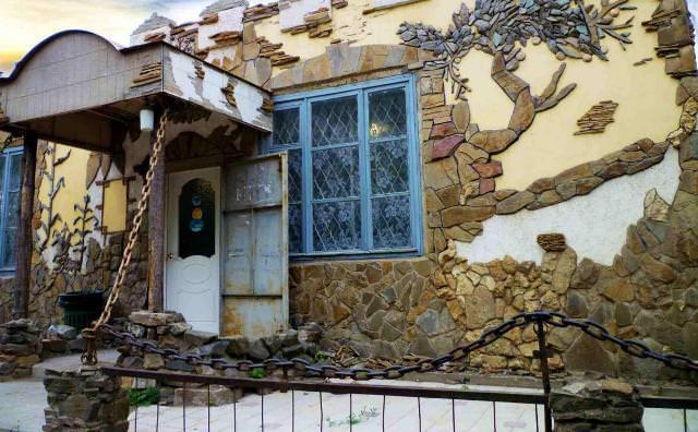Каменные дома считаются прочными и долговечными сооружениями, как, в принципе, и любые другие постройки из данного материала